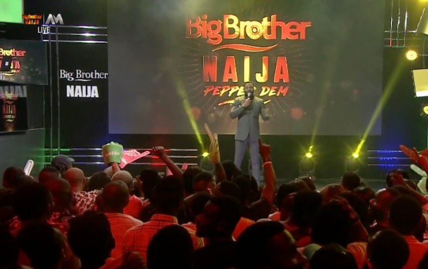 A live eviction show comes with breaks and it was another mood as the fans kept on hailing Ebuka and his perfect style of handling the show [Twitter/BBNaija]