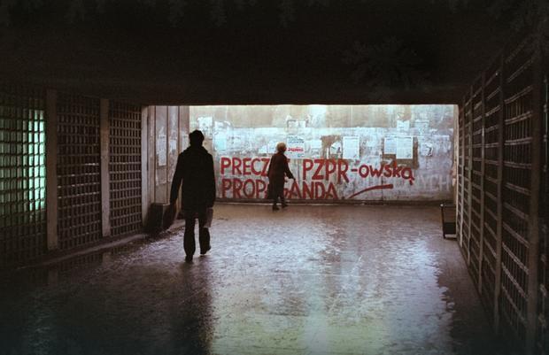 Gdańsk, 14 grudnia 1981 r. Przejście na perony na Dworcu PKP Gdańsk Wrzeszcz
