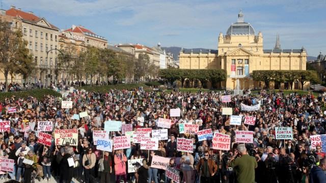 Do brutalnej zbrodni doszło w Chorwacji. Grupa nastolatków gwałciła i szantażowała 15-latkę. Gdy ta, zdecydowała się ujawnić prawdę, sprawców zatrzymano, jednak szybko wypuszczono na wolność. Wzbudziło to kontrowersje i demonstracje w kraju.
