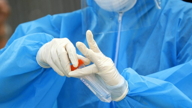 Koronawirus. Poszukiwani ochotnicy, którzy dadzą się zarazić koronawirusem