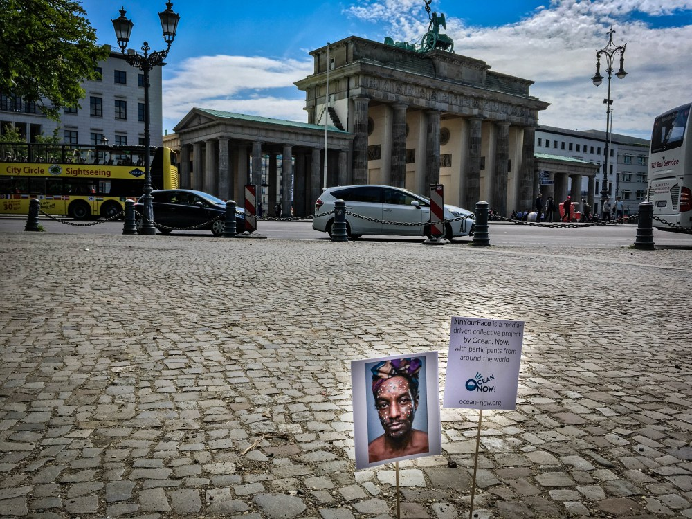 Ocean. Now! Mini Posters Action - Brandenburger Tor