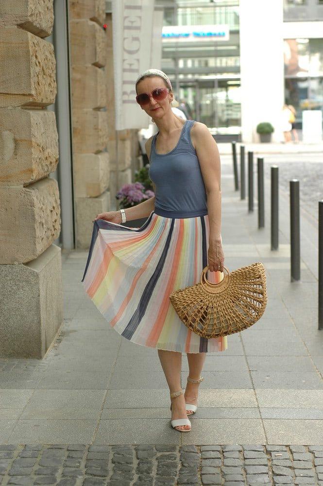 Ballerina-Style_wicker-basket_sommerrock-knielang_kleidung-bei-hitze_blockabsatz-sandalen_haarband_dior-inspiriert_mode-blog_ue50_Oceanblue-style.jpg