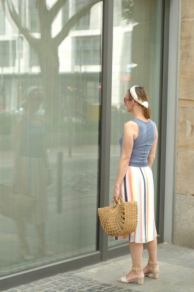 sommerrock-knielang_kleidung-bei-hitze_blockabsatz-sandalen_haarband_dior-inspiriert_mode-blog_ue50_Oceanblue-style.jpg