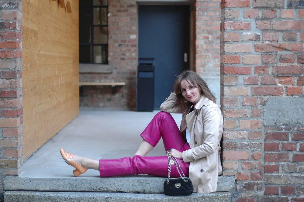 kleiderschrank-check-trenchcoat_pink-leder-hose_mode-blog_ü50_oceanblue-style_orange_ugg-gold_sliders.jpg