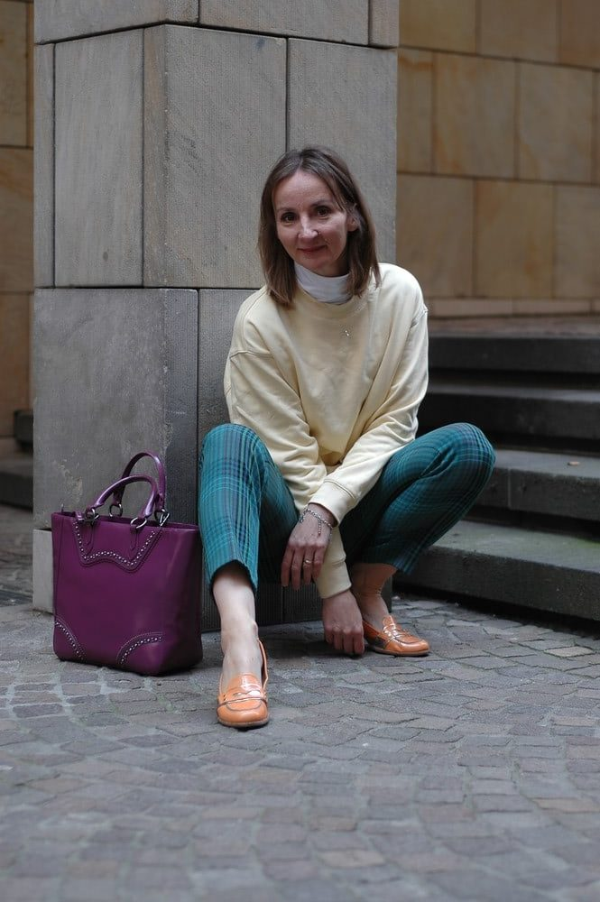 hose-kariert_schuhe-orange_leichtdaunenjacke_pullover-gelb-kombinieren_mode-blog_Ü50_oceanblue-style.jpg