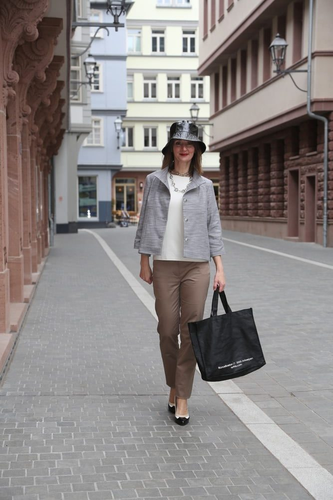 capsule-wardrobe_Bleistift-rock_business-mode_chichino_utility-jacke_chanel_chino_cape-jacke_kleid-schwarz_blog_ü50_oceanblue-style.jpg