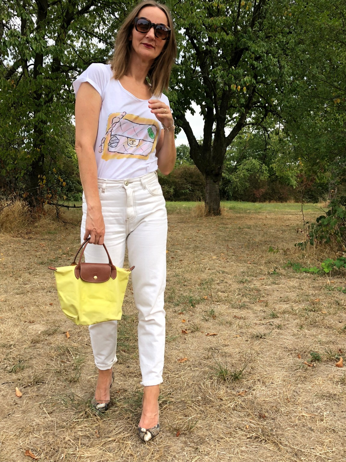 geburtstagsoutfit_denim_weisse-jeans_pumps_pythonprint_neon-tasche_longchamp_chanel_mode-blog-frankfurt_oceanblue-style (7)-01