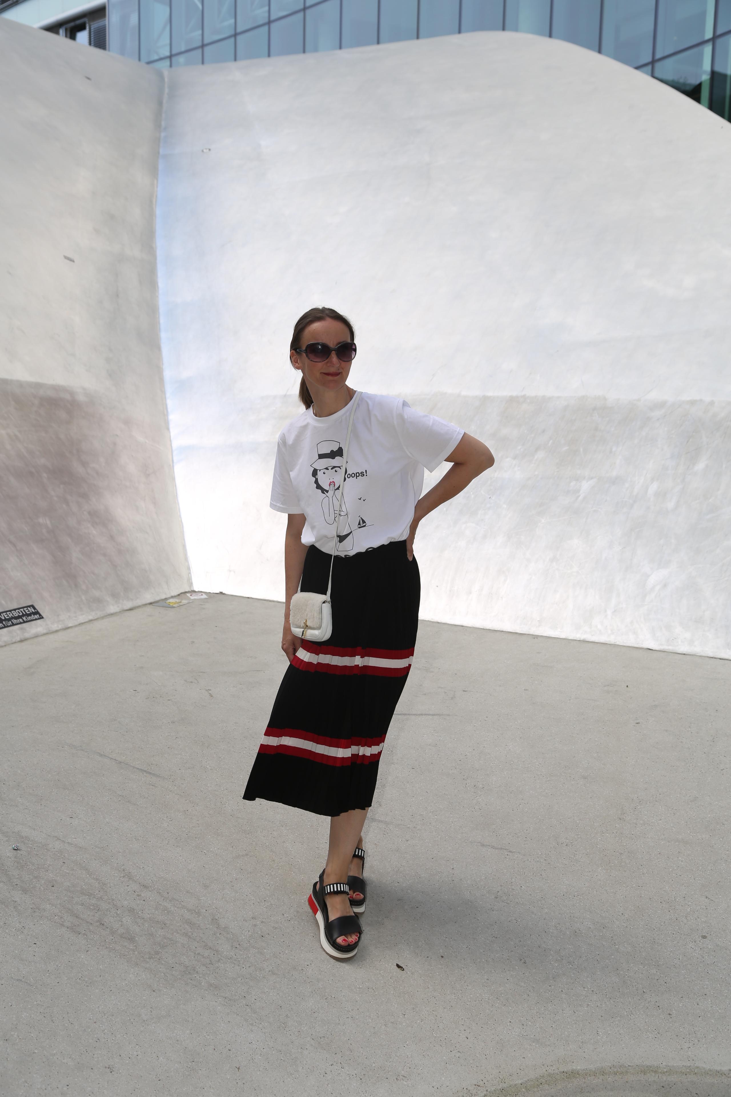 sandale-rot_oceanblue-style_faltenrock_sandalen_prada_art-shoes_t-shirt_chanel_tasche-klein_plateau-sandalen_mode-blog-ü40 (2)