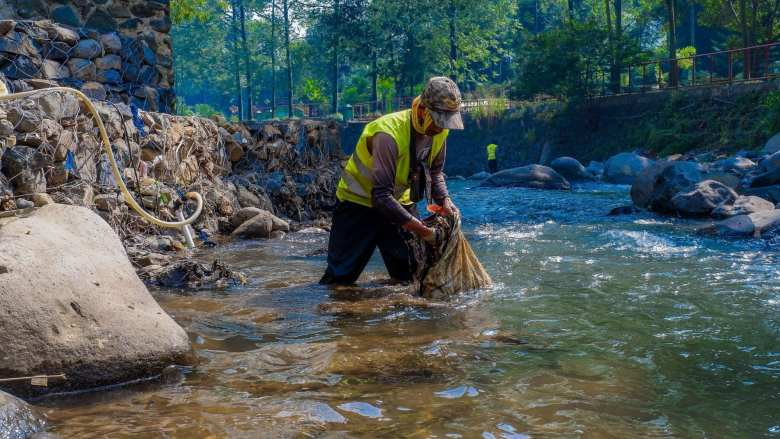 photo of a volunteer Cleaning up oceans rivers & beaches for a healthy planet