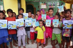 Books given away in Kaimana. Sea Trek also distributed 500 copies of Wayan and the Turtle King in Indonesian.
