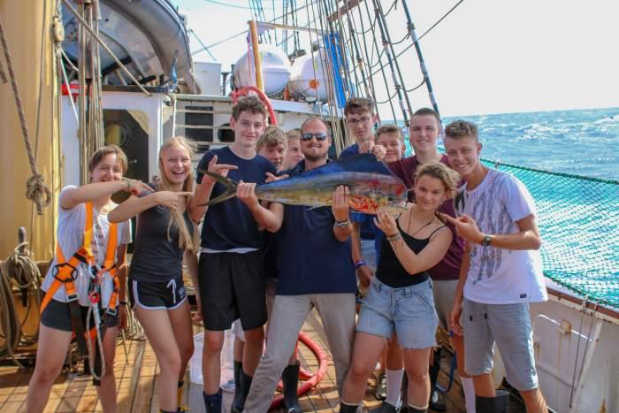 Gruppe auf der Pelican mit großem Fisch