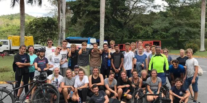 Gruppe der Jugendlichen mit Fahrrädern in Kuba