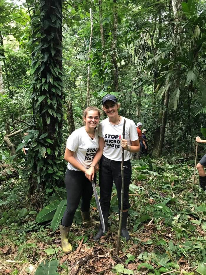 Schülerinnen im Urwald