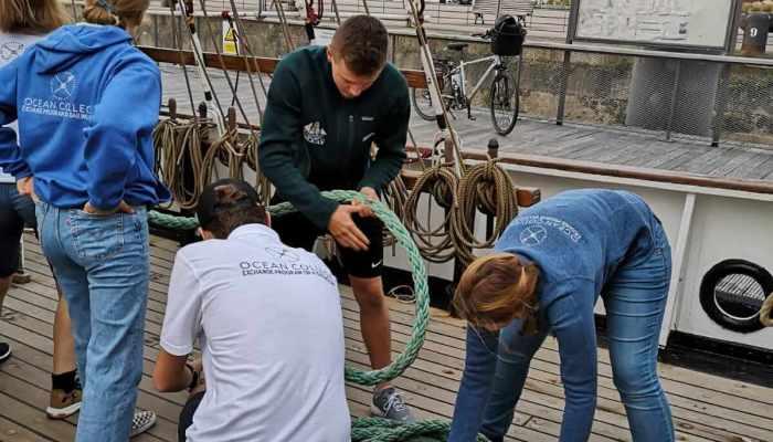 Gruppe legt Seil zusammen