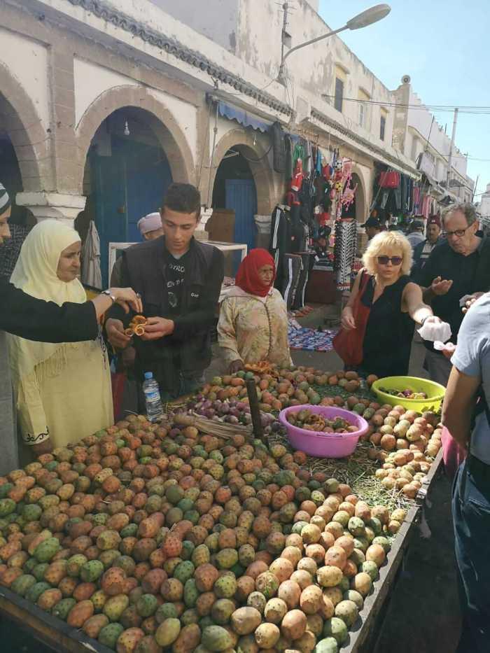 Teilnehmer steht in Marokko vor einem Obst-Stand