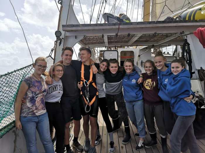 Schüler und Schülerinnen an Deck