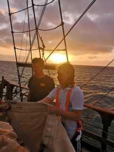 Johannes und Simon mit Segel
