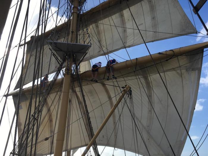 Teilnehmer setzen die Segel