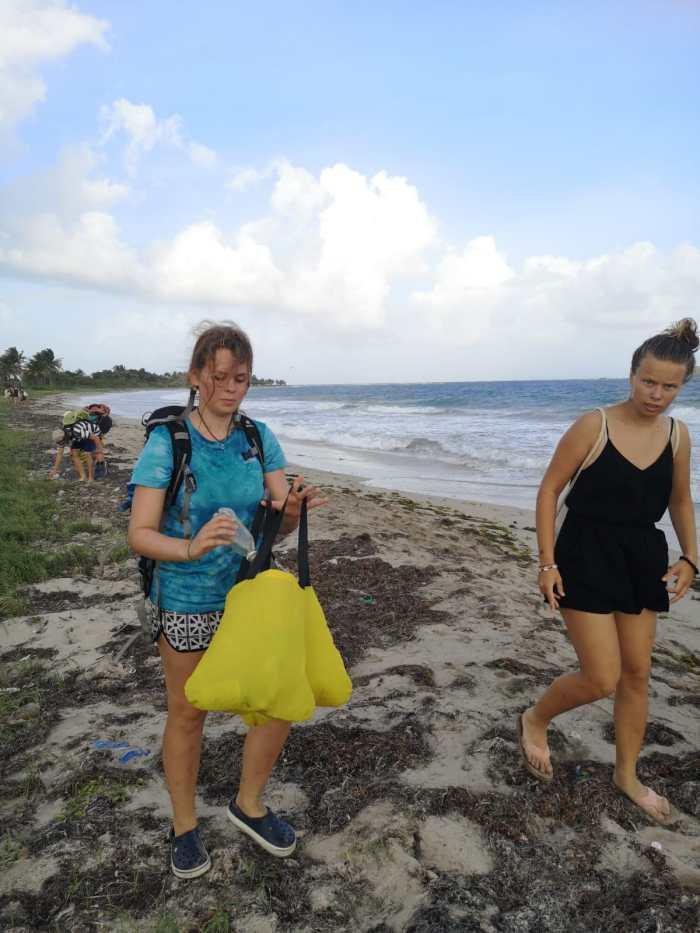 Mara sammelt Plastik