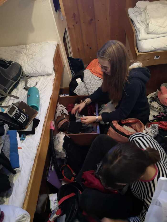 zwei Mädchen beim Aufräumen