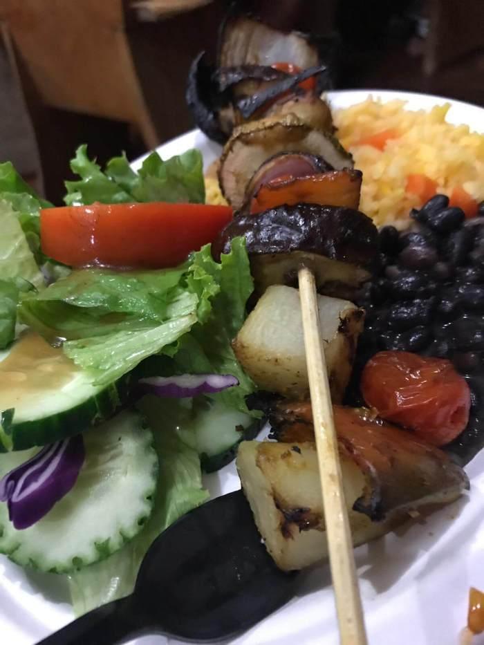 Ein Teller mit essen auf der Piratenparty