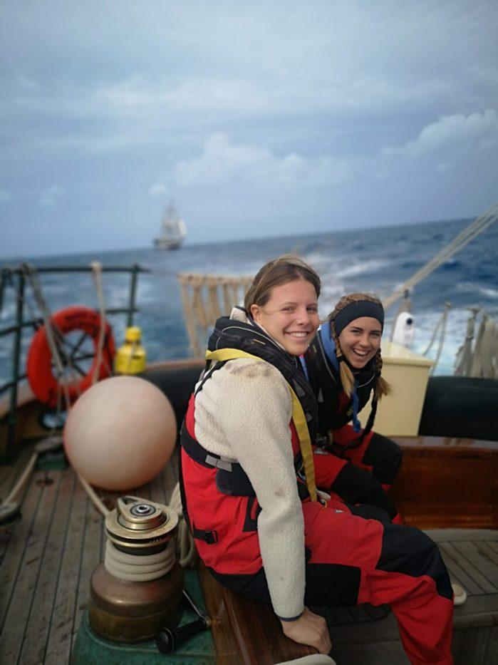 Laura und Lilly auf dem Segelschiff