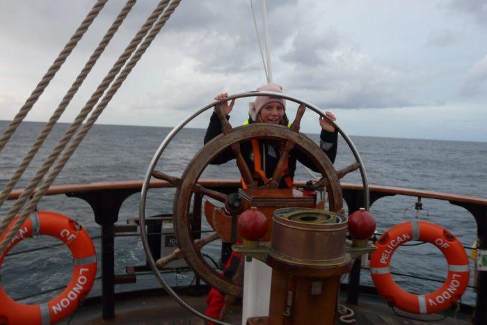Laura am Steuer bei der North Atlantic Überquerung
