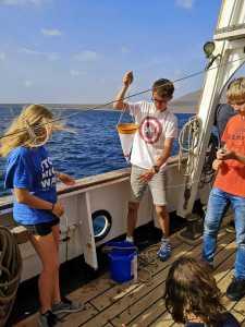 Linus bei der Wasseranalyse. Vielleicht mit Jellyfish?
