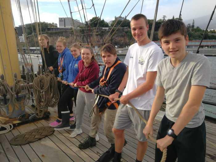 Jugendliche auf dem Segelschiff