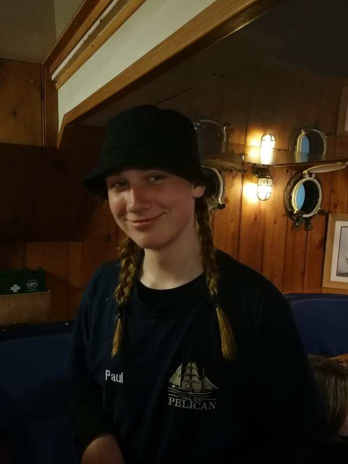 Paul mit Zöpfen und Hut