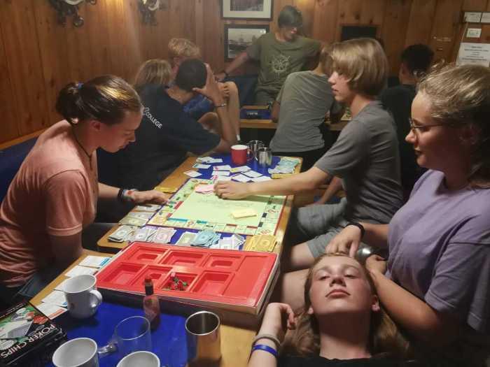 neben Risiko wird Monopoly gespielt