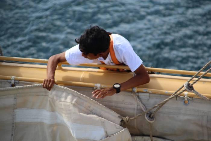 Karun beim Segelpacken