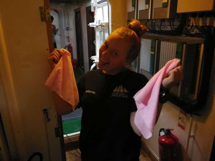 Marie beim Putzen