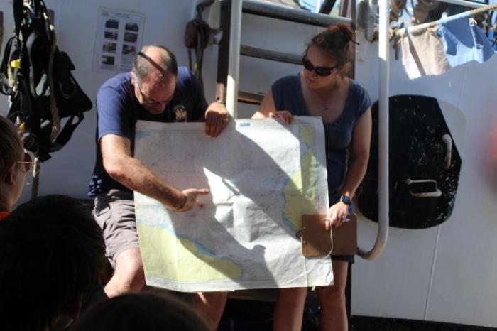 Kapitän Chris mit Tamsin beim Briefing