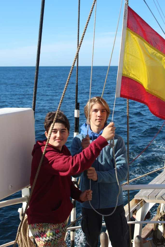 Victor und Malina hissen die Flagge