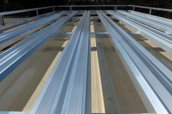 Dwarsliggers met T-profiel op aluminium dakdrager