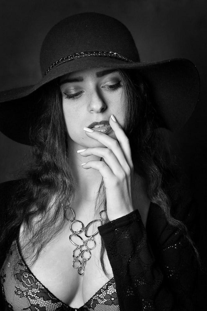 portrait femme avec chapeau