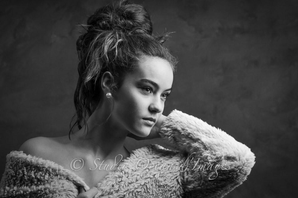 portrait Adolescente style glamour en noir et blanc studio La Rochelle Thierry Bouyer