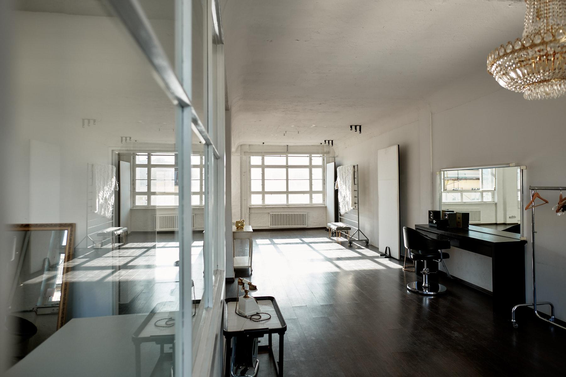 Stühle im Mietstudio Berlin Tageslichtstudio