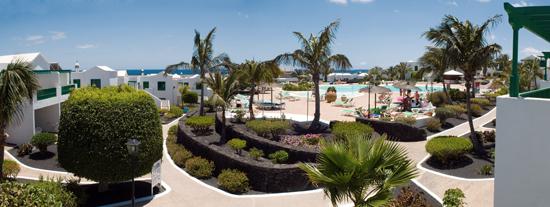 Piscina principal y jardines de Costa Sal, complejo de apartamentos de Puerto del Carmen, Lanzarote