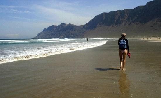 De paseo por playa de Famara, Lanzarote