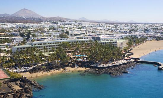 Vista aérea del Hotel Los Fariones y la playa de Cueva de Doña Juana