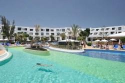 Panorámica de la piscina principal de los apartamentos Lanzarote Bay, complejo de apartamentos de 3 llaves de Costa Teguise