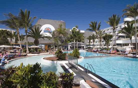 Vista aérea del Suite Hotel Los Fariones y Playa Blanca o Playa Grande