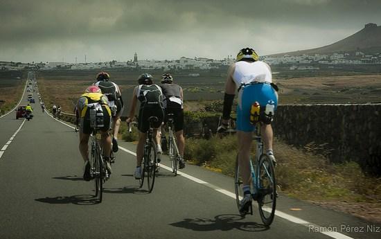 Los hombres de hierro ruedan en bicicleta por toda Lanzarote