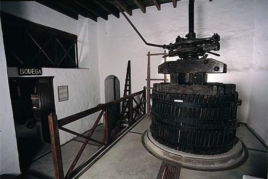 Turistas observando taller de tonelería en el Museo del Vino El Grifo, Lanzarote