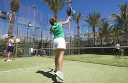 Juego de pádel en el Centro Deportivo Fariones, Puerto del Carmen, Lanzarote