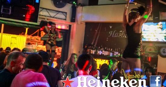 Gogos que animan la noche en la terraza Heineken Harbour de Puerto del Carmen