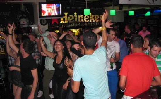 Ambiente de la terraza-disco Heineken Harbour de Fariones, Lanzarote