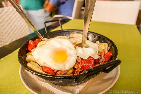 Huevos rotos, especialidad de Casa Tere en Playa Honda, Lanzarote